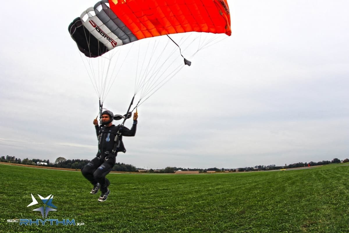 Steve Lefkowitz swoops in under his PD Sabre 2 canopy